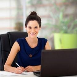 mujer en ambiente laboral feliz
